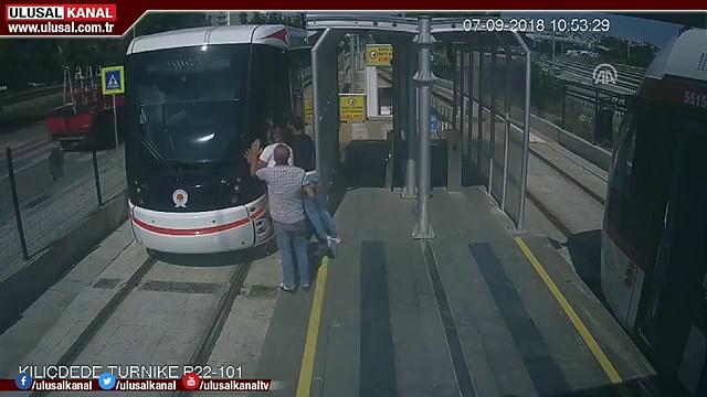 CHOC : un homme passe sous un tramway en Turquie