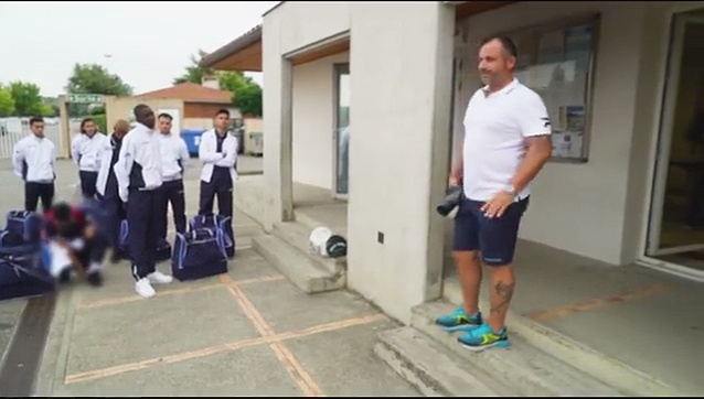 FOOT : un entraineur sermone ses jeunes joueurs en retard
