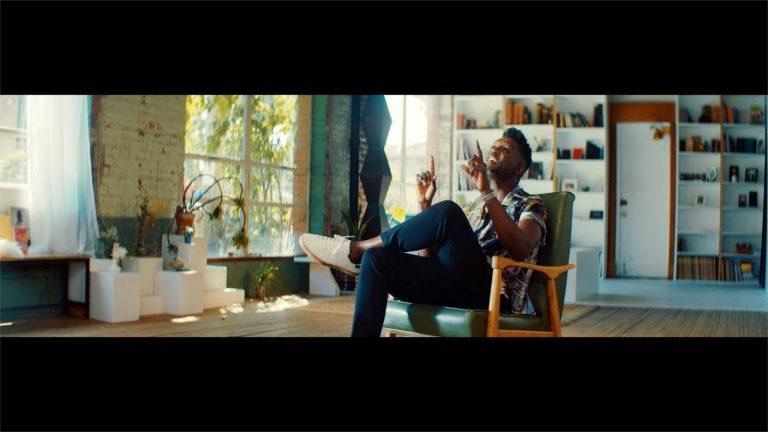 """""""Le bonheur"""" : Corneille revient avec un feel good clip"""