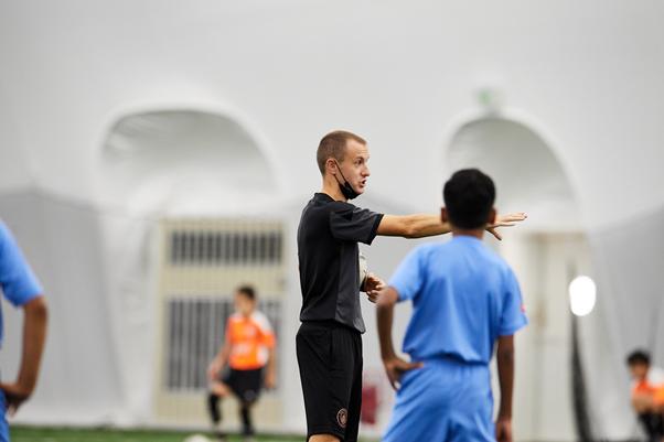 Les nouveaux entraîneurs et sites des écoles de football de la ville reviennent des vacances d'été